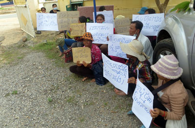 Villagers protest against Try Pheap's MDS Group in Pursat province, Nov. 27, 2013. Credit: RFA