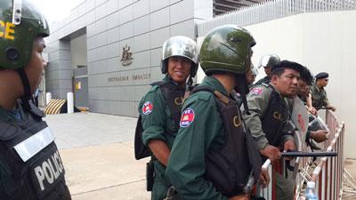 Police prepare to block protestors outside the Australian embassy in Phnom Penh, Sept. 26, 2014. Credit: RFA