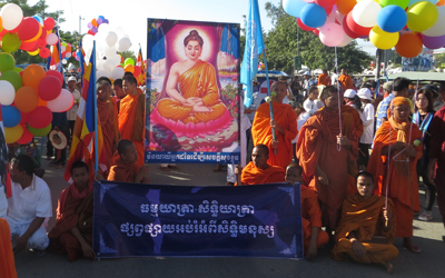 Monks call on the Cambodian government to respect human rights in Phnom Penh, Dec. 10, 2014.
