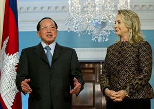 Cambodian Foreign Minister Hor Namhong with U.S. Secretary of State Hillary Clinton at the State Department in Washington, June 12, 2012.
