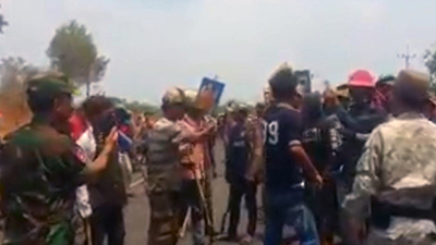 A screen grab from a video shows residents of 2 Thnou commune, in Kratie's Snuol district, confronting security forces on National Road 76A, March 8, 2018. Credit: Facebook
