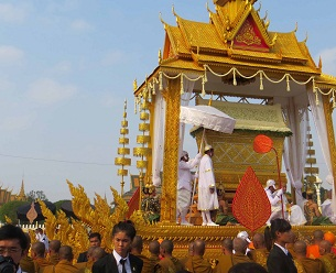 Former king Norodom Sihanouk's funeral procession makes its way through the streets of Phnom Penh, Feb. 1, 2013.