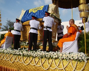 Monks and soldiers escort the casket of former king Norodom Sihanouk on a procession to the Royal Palace in Phnom Penh, Oct. 17, 2012.