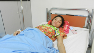 Shooting victim Bun Chenda is treated at a hospital near Bavet city, Mar. 1, 2012.