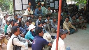 Ta Phrom restoration workers discuss their dispute, Jan. 2013.  Credit: RFA.