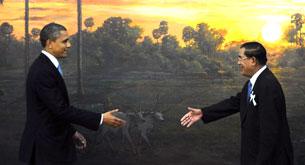 US President Barack Obama (L) and Cambodian Prime Minister Hun Sen (R) shake hands in Phnom Penh, Nov. 19, 2012.