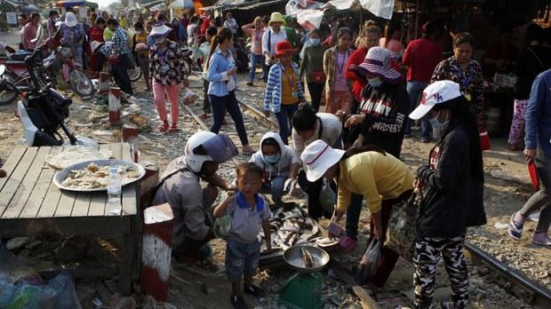 cambodia-garment-workers-buy-fish-jan-2019.jpg