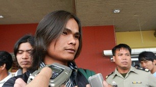 Trafficking victim Chea Nara speaks to reporters after arriving in Phnom Penh, July 5, 2012.