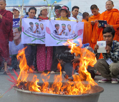 Protesters burn incense outside the courthouse in Phnom Penh, April 25, 2014. Credit: RFA