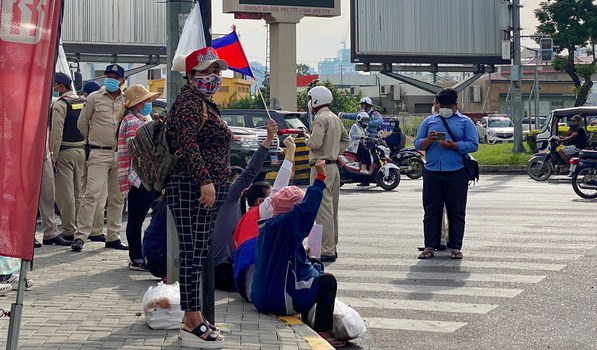 The relatives of CNRP activists on trial at the Phnom Penh Municipal Court continue to protest for their release after police removed them from the front of the building, Dec. 29, 2020.