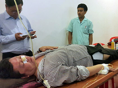 Cambodian lawmaker Kong Sophea receives treatment in a clinic in Phnom Penh, Oct. 26, 2015. Credit: RFA