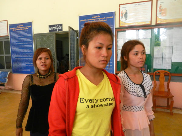The three shooting victims testify at Svay Rieng provincial court, June 13, 2013.