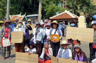 Former Boeung Kak villagers protest outside city hall in Phnom Penh, May 7, 2015.