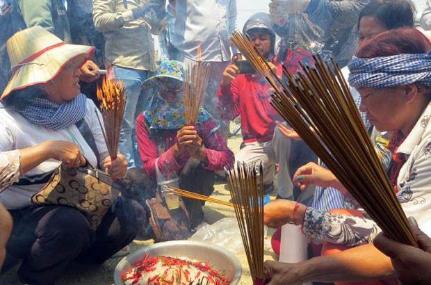 cambodia-boeung-kak-villagers-put-curse-on-company-buddhist-temple-may7-2015.jpg