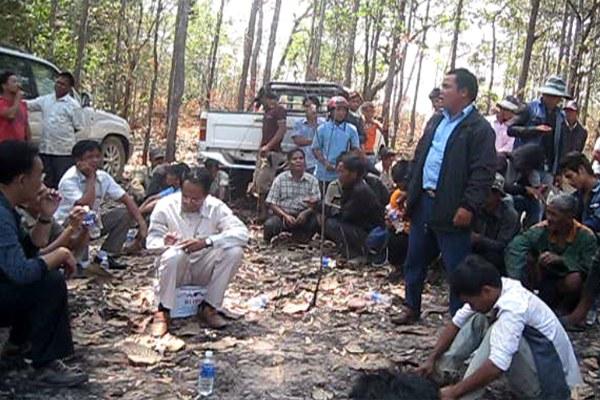 cambodia-ratanakiri-villagers-meet-offcials-mar10-2015.jpg