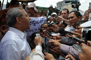 Surya Subedi (L) speaks to the media in Phnom Penh, May 9, 2012.
