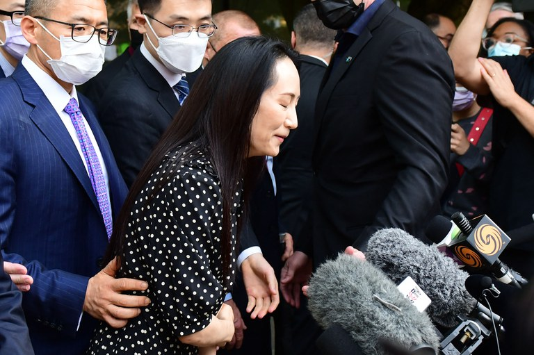 Huawei chief financial officer Meng Wanzhou (C) talks to media at British Columbia Supreme Court after her extradition hearing ended in her favor, in Vancouver, Canada, Sept. 24, 2021. Credit: AFP
