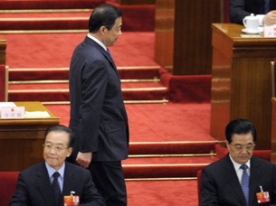 The ousted Bo Xilai (c) walks past Premier Wen Jiabao (l) and President Hu Jintao at the National People's Congress annual session in Beijing, March 9, 2012.