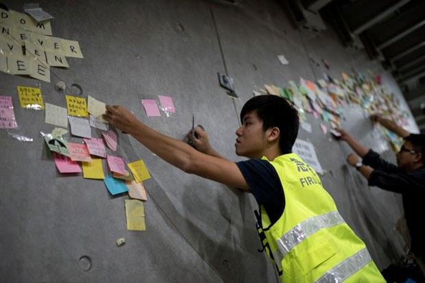 hong-kong-cleanup-lennon-wall-dec11-2014.jpg