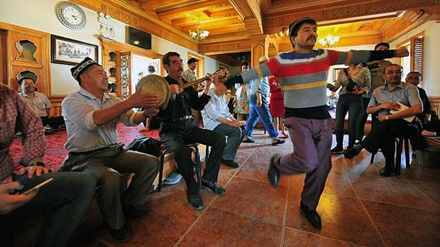 china-xinjiang-dancing-tourists-kashgar-may27-2016.jpg