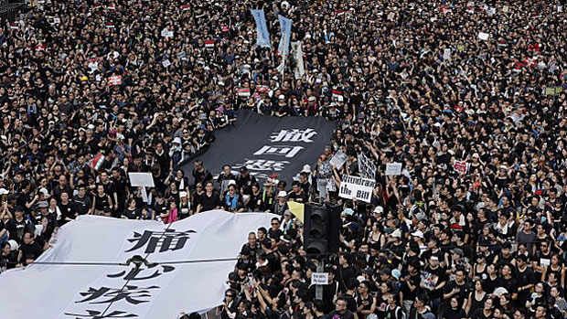 Hundreds of thousands fill Hong Kong's streets demanding 'complete withdrawal' of a bill allowing extraditions to mainland China, June 16, 2019. (Reuters Photo)