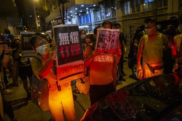 China-Backed Hong Kong Paper Calls For 'Ban' on Pro-Democracy Apple Daily
