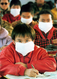 Students wear masks to block smells from the Huai River.  Photo: Huo Daishan