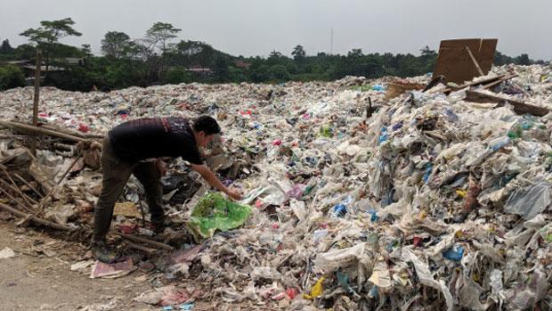 """Desa-desa di Jawa Timur Ini Diselimuti Sampah """"Impor"""" Asal Australia"""