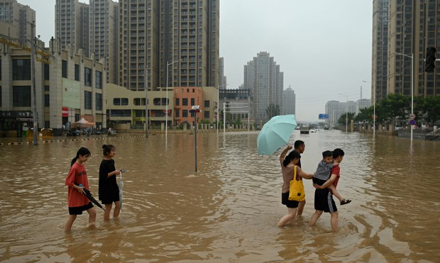Foreign Journalists Surrounded by Angry People After Talking to Henan Flood Victims