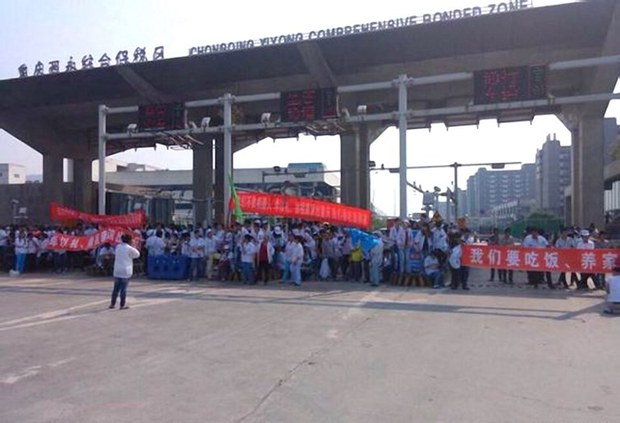 china-chongqing-foxconn-strike-oct-2104.jpg
