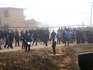 Police move to confront villagers protesting a land grab in Guizhou, Jan. 19, 2010. Credit: Tongle villager Zhang