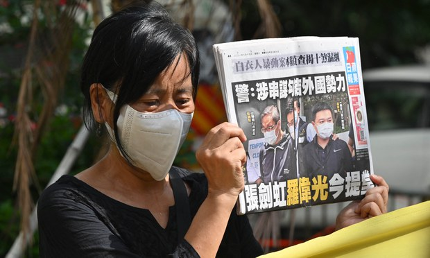 Thousands Watch Last Online TV News From Hong Kong's Apple Daily