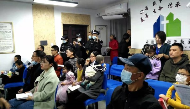 Scene when a house church in the northern province of Shanxi Taiyuan was raided by the police, and pastors and volunteers were taken away.