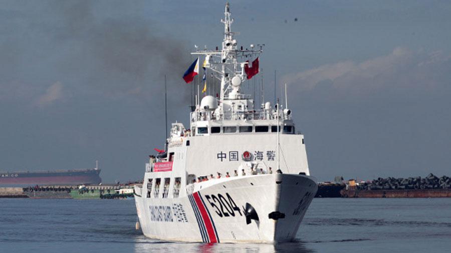 Kiinan rannikkovartiostoalus 5204 valmistautuu ankkuroimaan Manilan satamaan tammikuussa. 14, 2020.