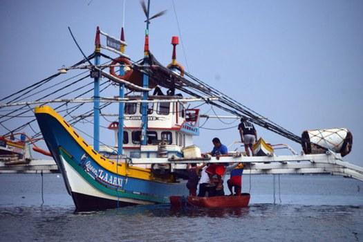 Filipino fishermen board their boat anchored along Infanta fishing port in Pangasinan, north of Manila, on May 27, 2021. Credit: BenarNews