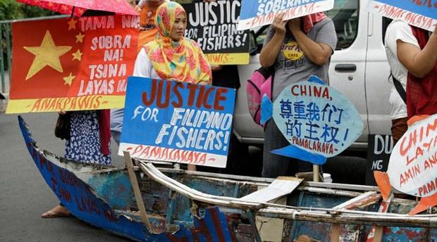 china-filipinos2-110420.jpg