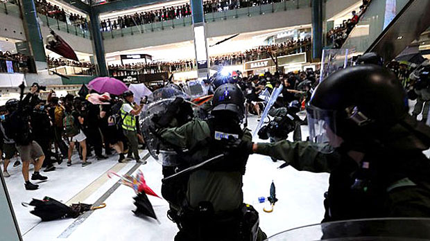 Riot police pursue, attack Hong Kong protesters in a shopping mall, July 14, 2019. (Reuters Photo)