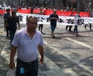 china-chongqing-protestors-medical-fees-apr1-2015-305x250.jpg