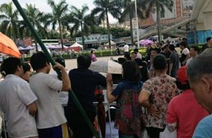 Residents of the Jingcheng Garden apartment complex stage a protest outside local government offices in Shenzhen, May 15, 2012.