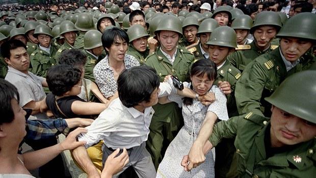 china-woman-protester-tiananmen-june-1989.jpg