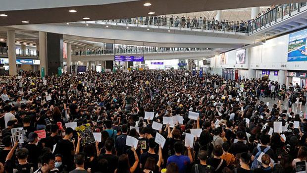 More than 5,000 protesters fill Hong Kong's international airport, Aug. 12, 2019. (Reuters Photo)