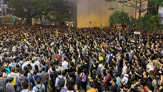 Hong Kong civil servants call on the city's government to respond to protesters' demands, Aug. 2, 2019. (RFA Photo)