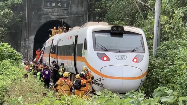Crane Collides With Express Train in Taiwan, Killing Dozens