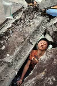 A Chinese boy waits to be rescued from the rubbles of a collapsed building in Beichuan, southwest China's Sichuan province on May 13, 2008 after an earthquake measuring 7.8 rocked the province.   AFP PHOTO/XINHUA