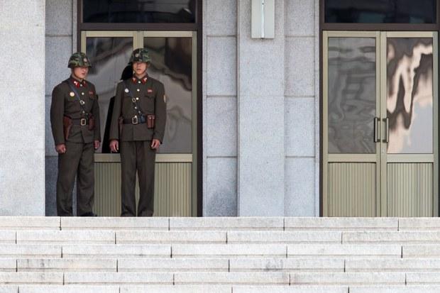north-korea-border-guards-panmunjom-sept25-2013.jpg