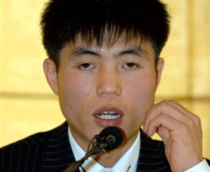 Shin Dong-hyuk speaks at a press conference in Seoul, Oct. 29, 2007.