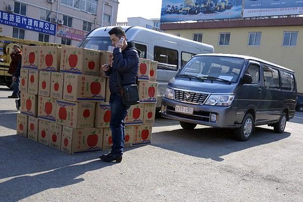 north-korea-trader-dandong-customs-check-apr11-2013.jpg