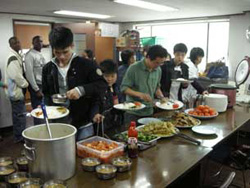 North Korean defectors and students from other countries enjoy lunch at an alternative school, Dec. 2007. RFA/Si Chun