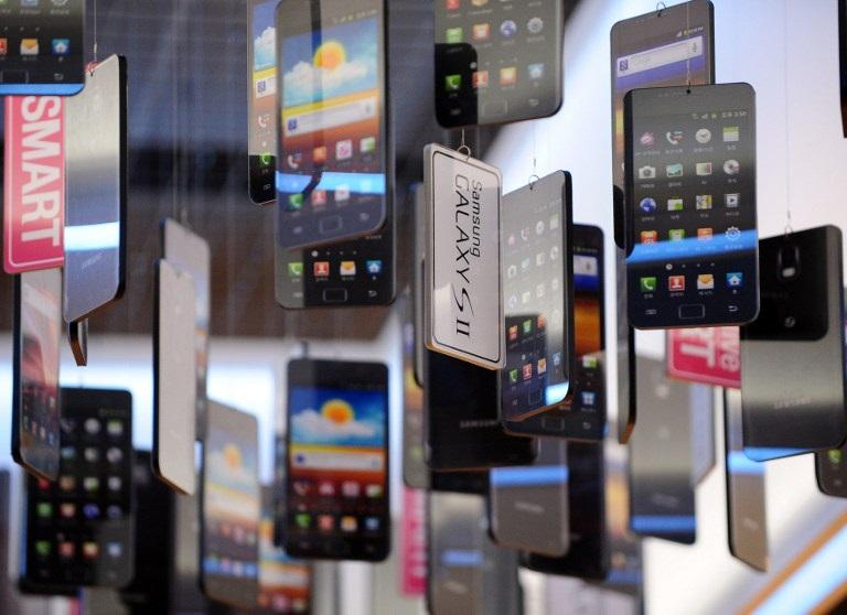 North Korean Traders Scramble for Smartphones From South