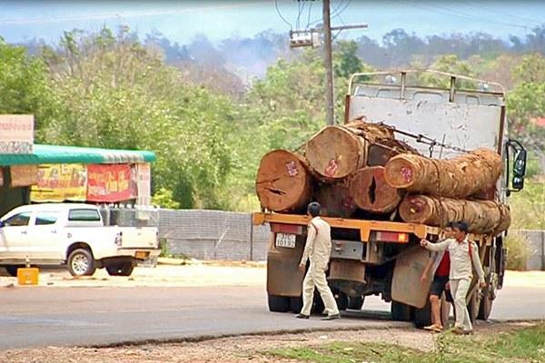 laos-logging-truck-may-2015-600.jpg